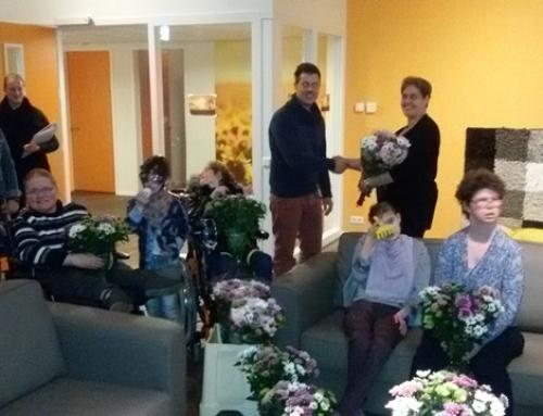 Eerste bewoners met een mooie bos bloemen ontvangen.